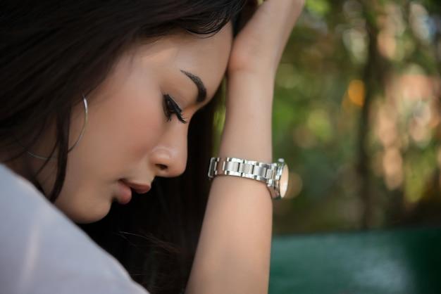 Negative weibliche traurige müde schmerzen