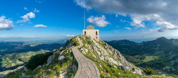 Negosh-mausoleum auf der spitze des hohen und malerischen berges lovcen.