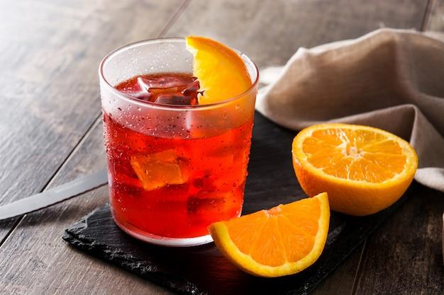 Negroni-cocktail im glas auf holztisch
