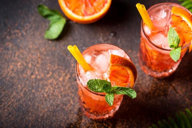 Negroni cocktail mit orange und eis