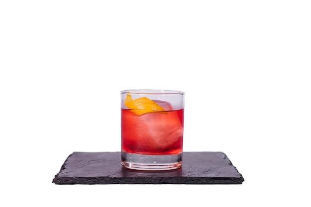 Negroni-cocktail mit orangenschale auf weißem hintergrund