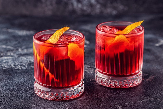 Negroni-cocktail mit orangenschale und eis, selektiver fokus. Premium Fotos