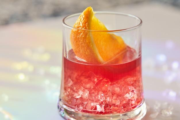 Negroni-cocktails mit orangenscheiben und eis