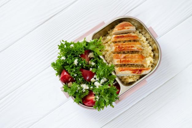 Nehmen sie das mittagessen in einer wiederverwendbaren lunchbox für gesunde lebensmittel von oben mit