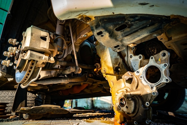 Nehmen sie die räder und den motor des autos ab, damit die reparatur durchgeführt werden kann