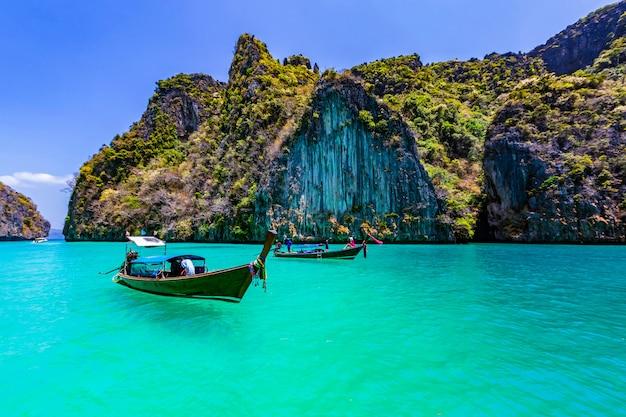 Nehmen sie ein boot, um die schönheit von phi phi leh in der pileh bay und in der loh samah bay zu sehen.