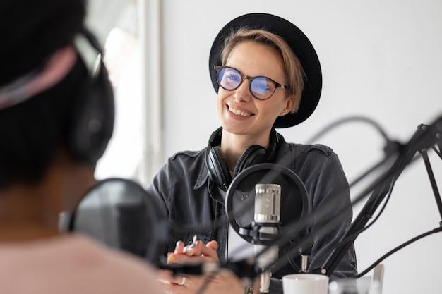 Nehmen sie einen podcast auf und erstellen sie audioinhalte. eine afroamerikanerin spielt die ukulele in einer aufnahme