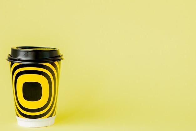 Nehmen sie kaffee in der thermotasse auf gelb heraus.