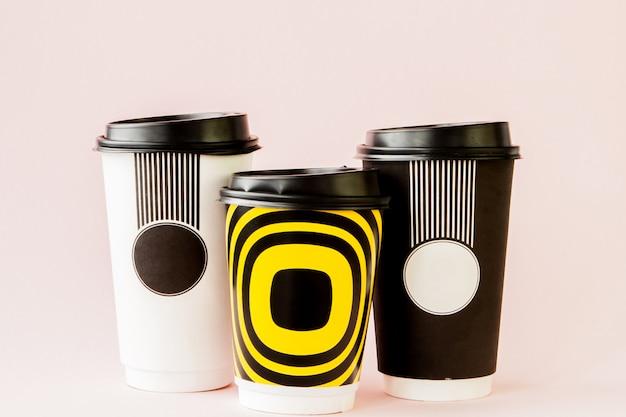 Nehmen sie kaffee in der thermotasse auf rosa heraus
