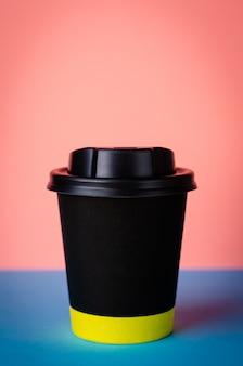Nehmen sie kaffeetasse auf buntem hintergrund weg. vertikale
