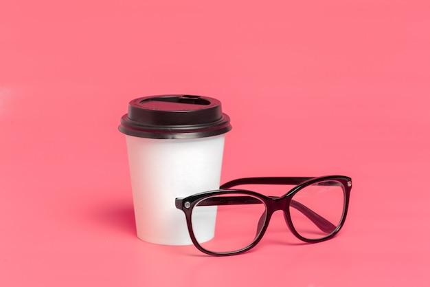 Nehmen sie kaffeetasse auf buntem papier weg