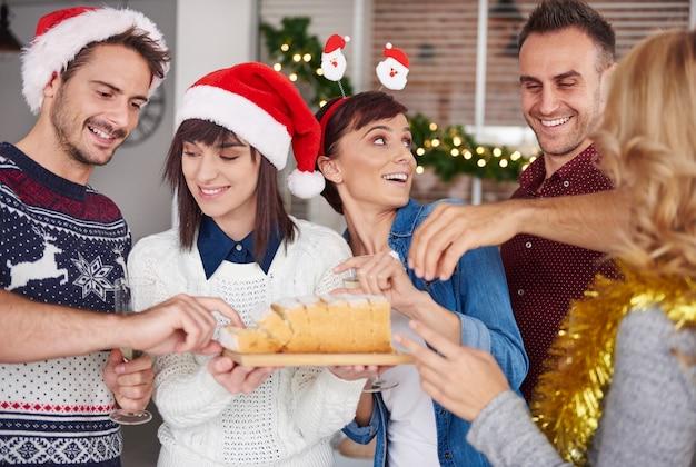 Nehmen sie und probieren sie ein stück weihnachtskuchen