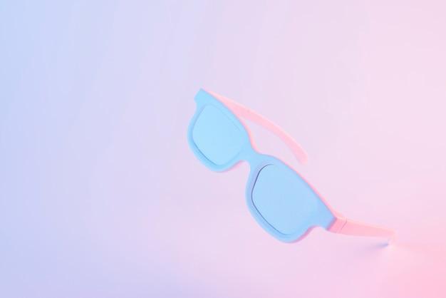Neigen sie gemalte weiße schauspiele auf rosa farbigem hintergrund