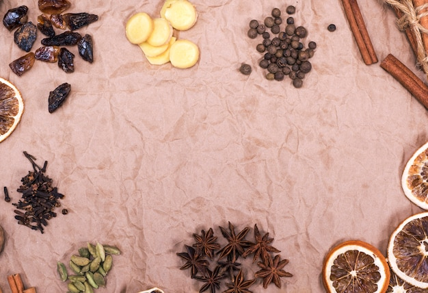 Nelken, ingwerscheiben, zimt, sternanis, brauner zucker, kardamom