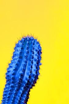 Neon. minimale stilleben. art gallery fashion design. vanille-modische farbe. konzept auf gelbem grund. detail