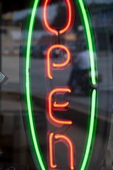 Neon unterzeichnen herein im stadtzentrum gelegenen historischen bezirk, branson, missouri