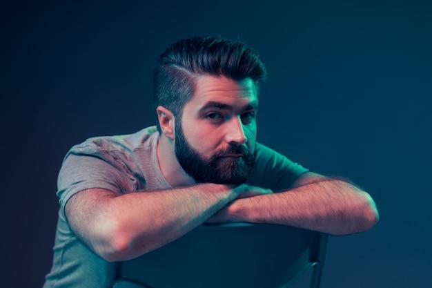 Neonporträt eines jungen attraktiven mannes