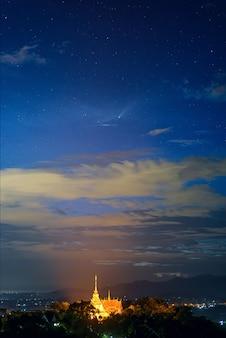 Neowise comet (c / 2020 f3) im bewölkten nachthimmel über wat pra that doi saket tempel, kornbild