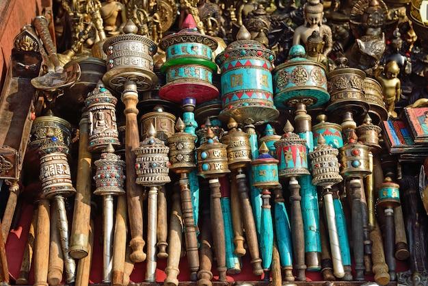 Nepalesische gebetsräder auf swayambhunath stupa in kathmandu, nepal