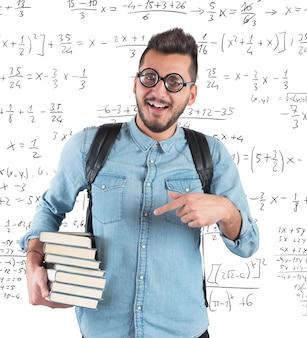 Nerd-junge, der im klassenzimmer für mathematik studiert
