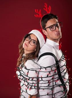 Nerd-paar haben probleme mit der weihnachtsdekoration