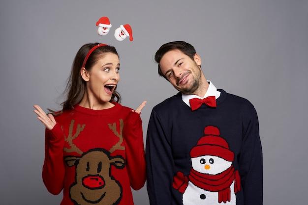 Nerd-paar in der weihnachtszeit Kostenlose Fotos