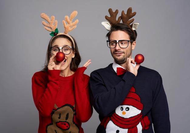 Nerd-paar in der weihnachtszeit