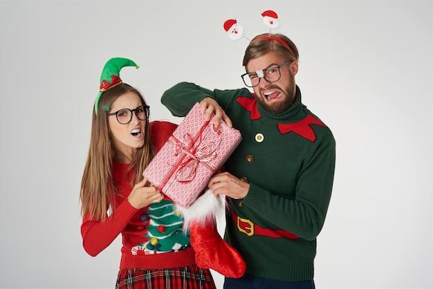 Nerd-paar kämpfen um weihnachtsgeschenk