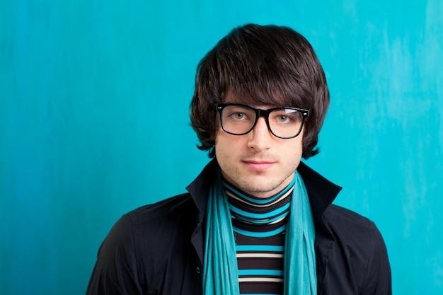 Nerd retro britischer indie-look mit taschentuch