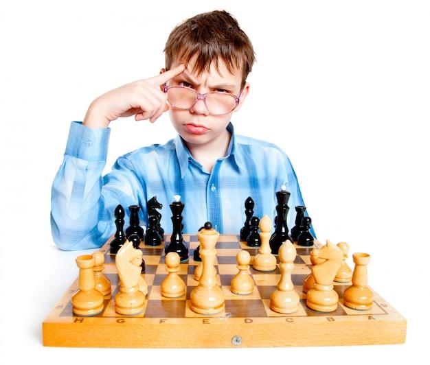 Nerd spielt schach an einer weißen wand