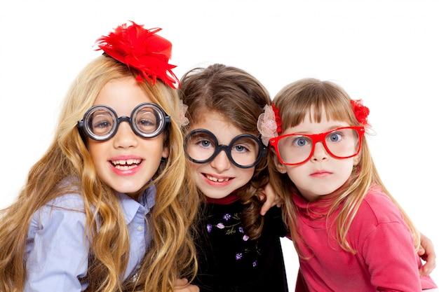Nerdkinder-mädchengruppe mit lustiger brille