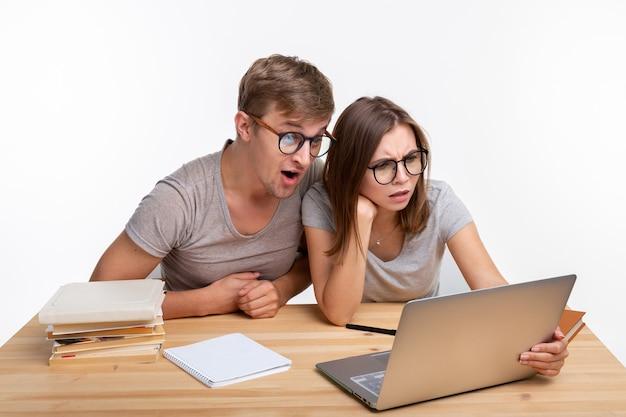 Nerds, studie, menschenkonzept. ein paar leute schauen auf den laptop
