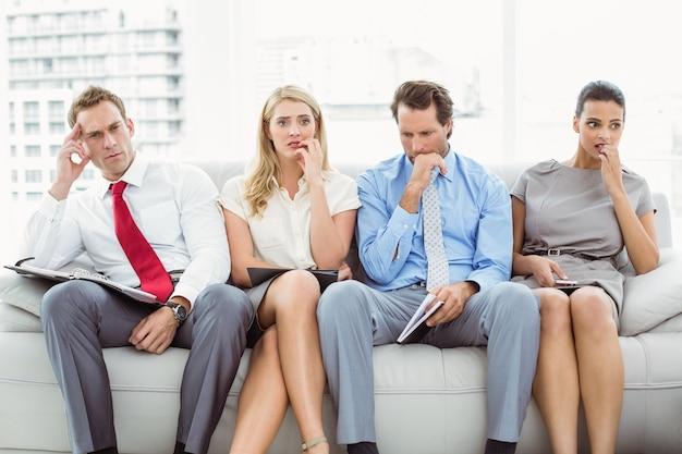 Nervöse führungskräfte warten auf ein interview