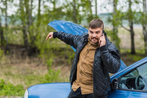 Nervöser fahrer ruft telefonisch beim helpdesk an