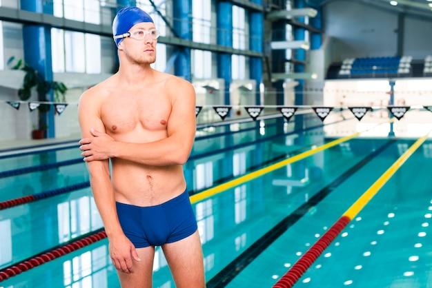Nervöser männlicher schwimmer vor wettbewerb