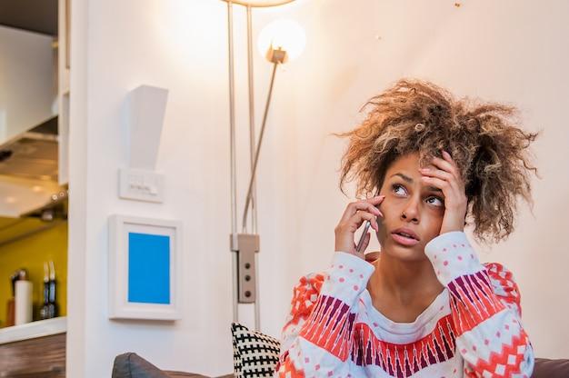 Nervöses mädchen auf handy. stirn runzelnde junge frau spricht am telefon, etwas ist falsch, problem. junge frau hört schlechte nachrichten