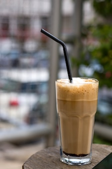 Nes kaffee auf weinlesetabelle