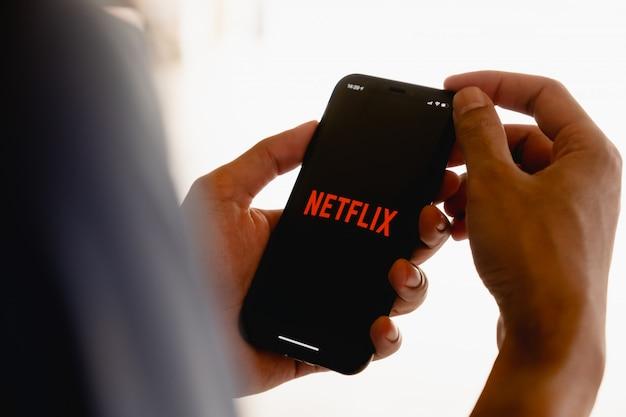 Netflix-logo auf einem smartphone-bildschirm