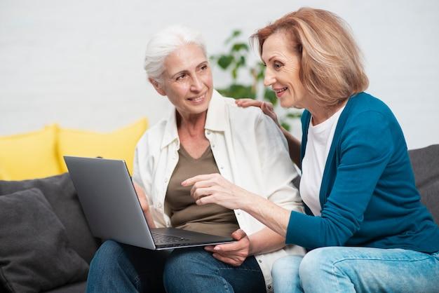 Nette ältere frauen mit einem notizbuch