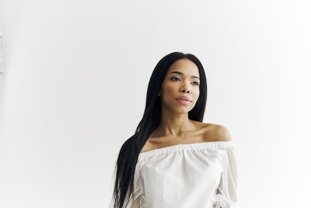 Nette afrikanische frau mode frisur weißes kleid