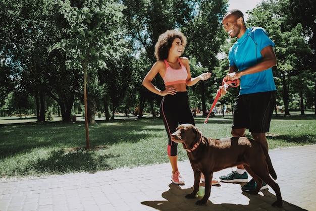 Nette afroamerikaner-paare bei der sportkleidungs-unterhaltung
