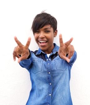 Nette afroamerikanerfrau mit friedenshandzeichen