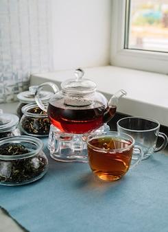 Nette anordnung der teekanne und der schalen