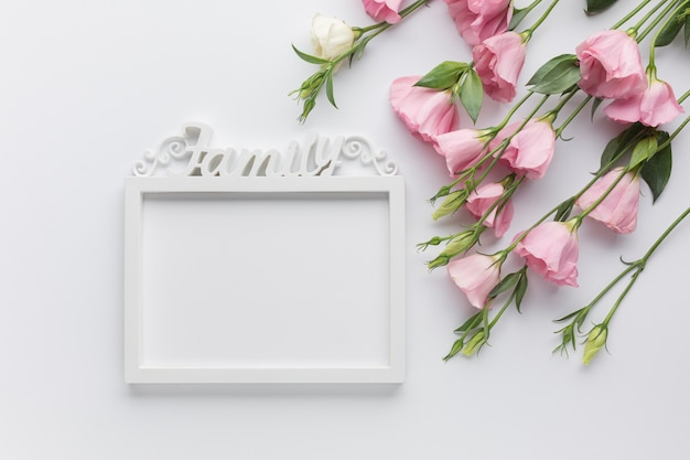 Nette anordnung mit rosen und weinleserahmen