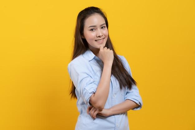 Nette asiatische frau im freizeitkleid denkend und fantasie