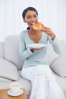 Nette attraktive frau, die frühstückt