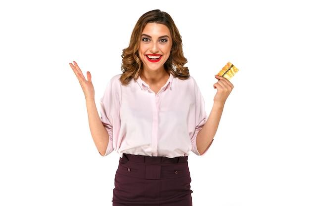 Nette aufgeregte überraschte junge frau mit kreditkarte