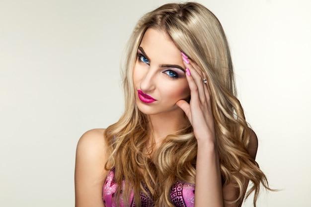 Nette blonde frau im rosa bh, der vorne schaut