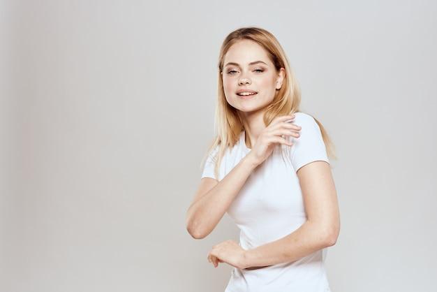 Nette blonde weiße t-shirt geste mit händen lebensstil isoliert