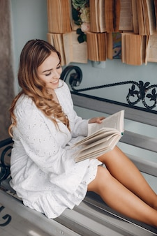 Nette blondine in einer weißen bluse zu hause